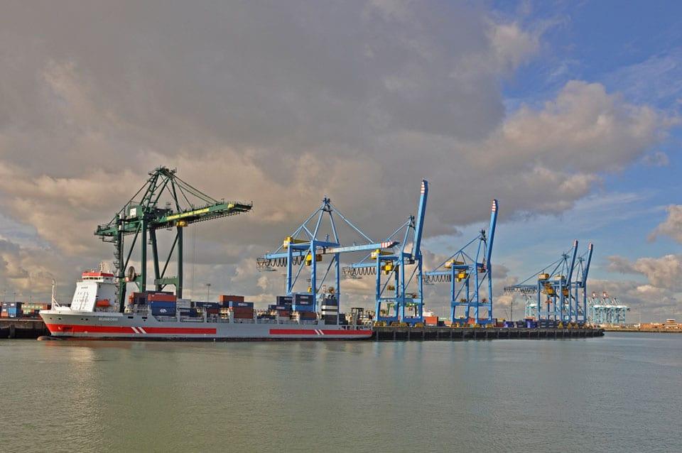 Tàu dỡ hàng tại cảng biển Zeebrugge của Bỉ